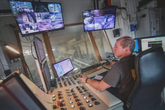 Der Betriebsleiter überschaut die Holzproduktion im Sägewerk