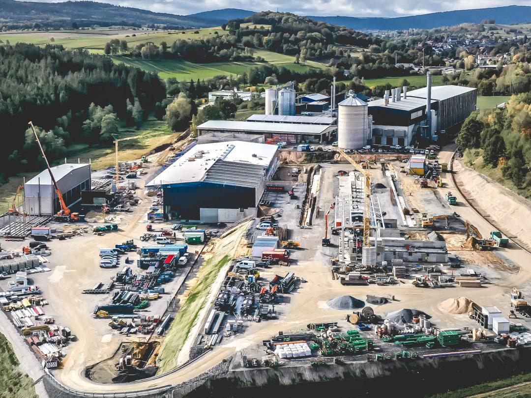 Luftaufnahme der Baustelle des Sägewerkes GELO Timber
