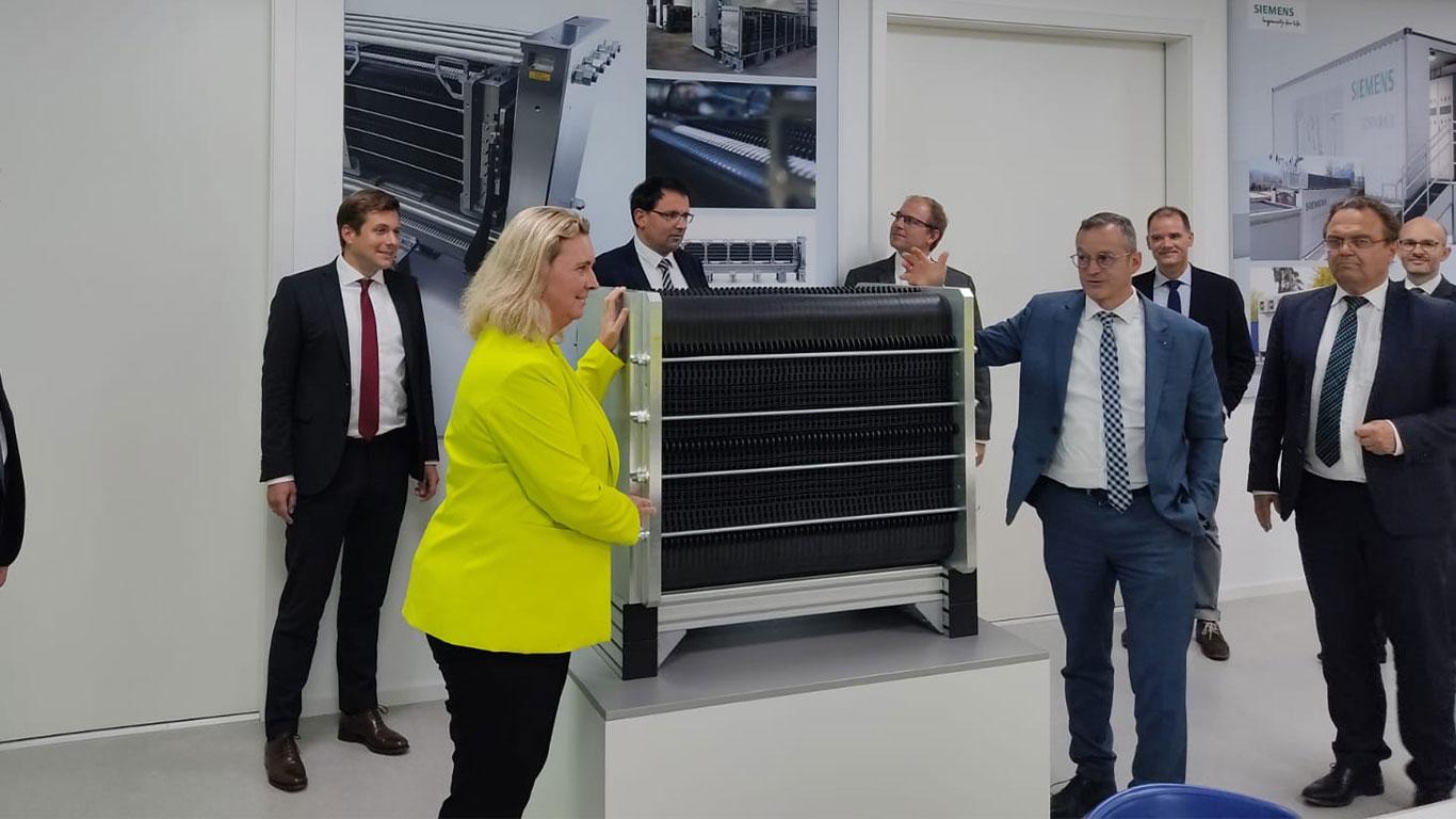 Gruppenbild, u.a. mit der bayerischen Verkehrsministerin Kerstin Schleyer und dem Bundestagsabgeorndeten Hans-Peter Friedrich