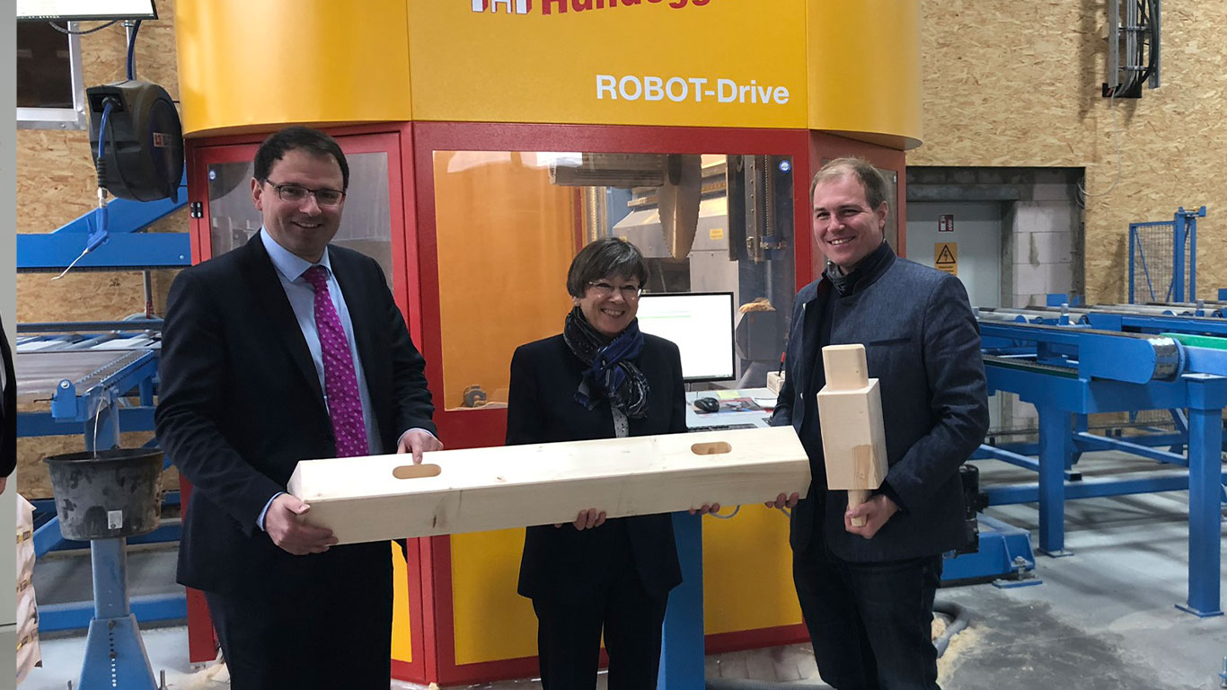 Gruppenbild mit der oberfränkischen Regierungspräsidenten Piwernetz, Martin Schoeffel (MdL) und GELO Geschäftsführer Kuespert