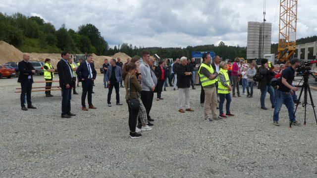 Besucher beim Richtfest des neuen Sägewerkes GELO Timber